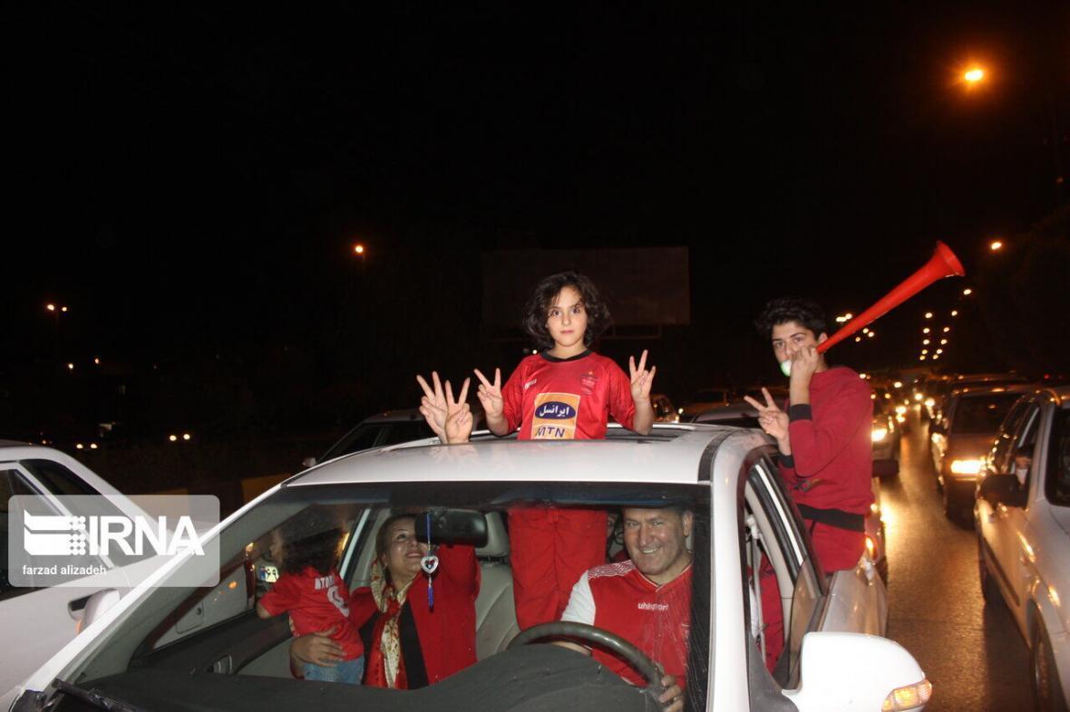 خبرنگاران شادی طرفداران فوتبال در آستارا از صعود پرسپولیس به فینال آسیا