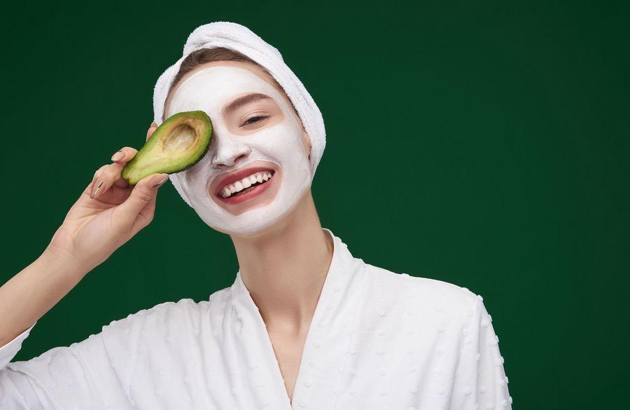 طرز تهیه 10 ماسک صورت آووکادو برای پوست های مختلف