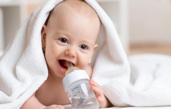 از چه زمانی آب دادن به نوزاد مجاز است؟